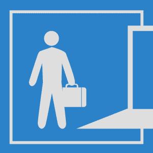 Ilustração de um homem parado em frente a uma porta aberta com uma maleta na mão