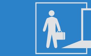 Ilustração de um homem parado em frente a uma porta aberta com uma maleta na mão; ao lado há um computador