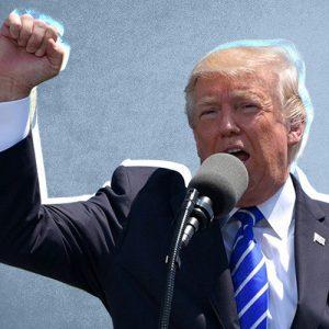 Presidente Trump ergue punho e discursa para plateia